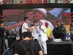 2009dj大赛日本先锋总裁给刘洋颁奖照片