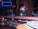 在DJ台打碟