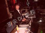 周磊在dj台调试设备