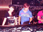 学员小芳与MC老师余钦在SEVEN酒吧DJ台