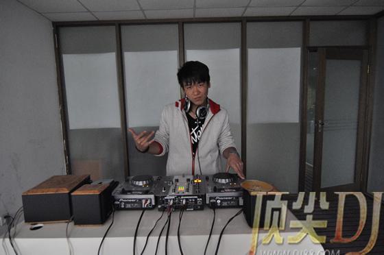 学员韩俊涛在机房练习照片