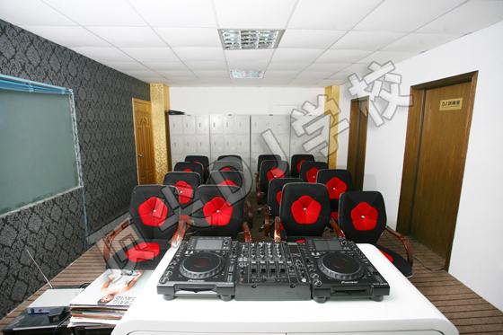 顶尖DJ学员训练室