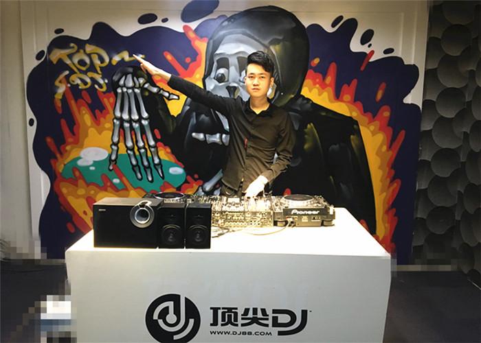 湖北DJ学员刘攀登机房照片