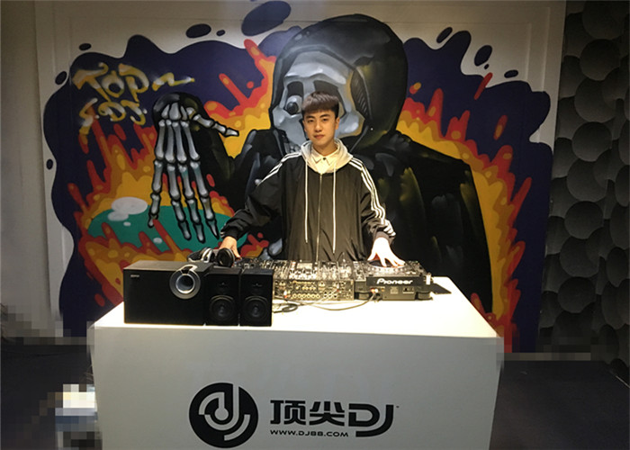 贵州DJ学员张兴静机房照片