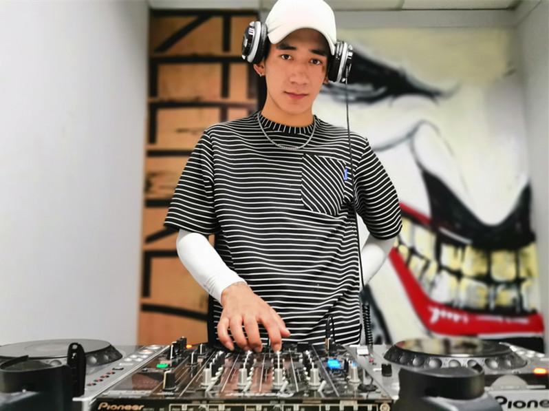 青海DJ学员利智照片
